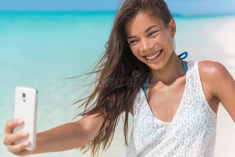 Selfie asiático de la playa de la diversión de la mujer el vacaciones de verano fotografía de archivo