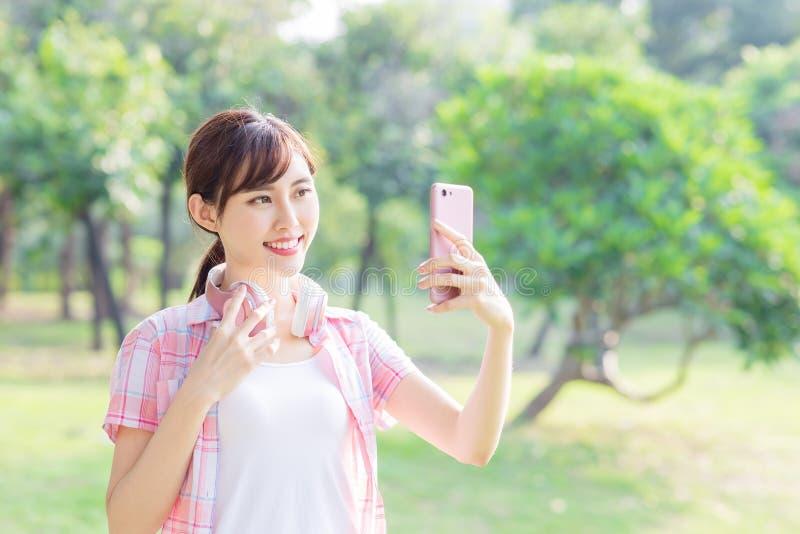 Selfie asi?tico joven de la toma de la mujer imagenes de archivo