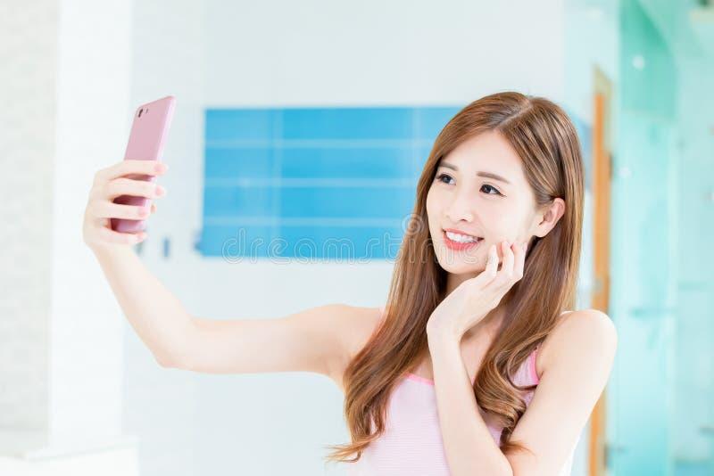 Selfie asiatique de prise de femme images stock