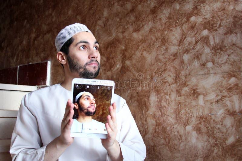 Selfie av den bärande galabyaen för arabisk muslimman royaltyfria bilder
