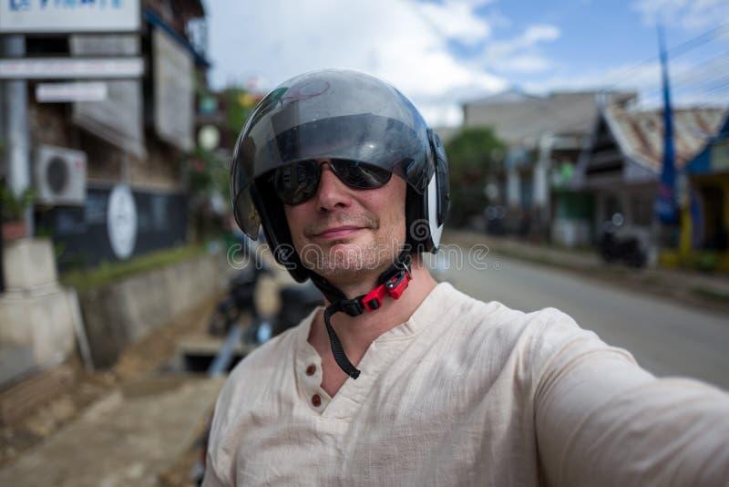 Selfie av den bärande hjälmen för man fotografering för bildbyråer