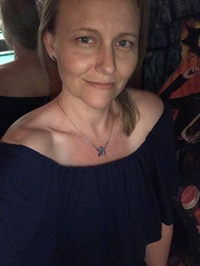 Selfie av en kvinna royaltyfri fotografi