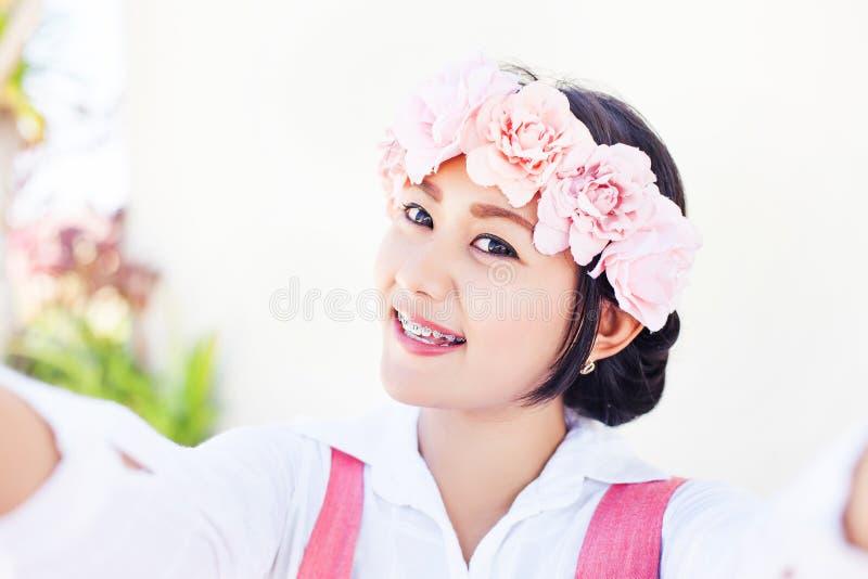 Selfie av en nätt asiatisk flicka royaltyfri bild