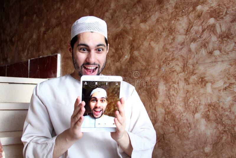Selfie av lyckliga arabiska muslim man bärande galabya royaltyfria bilder