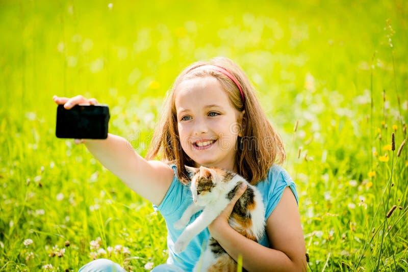 Selfie barn och katt royaltyfria bilder
