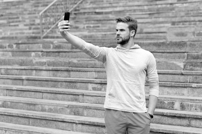Selfie begrepp Stilig mantagandeselfie med smartphonen Idrotts- grabbbruksmobiltelefon för selfie Selfie för arkivbild