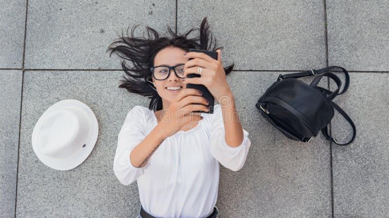 Selfie Boven viwe van jong gelukkig meisje met smarthphonephotogra stock foto