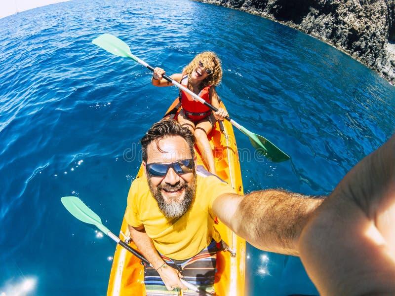 Selfie, casal com o ponto de vista vertical superior - pessoas adultas felizes e ativas gostam de kayak no oceano - turista de ve imagem de stock