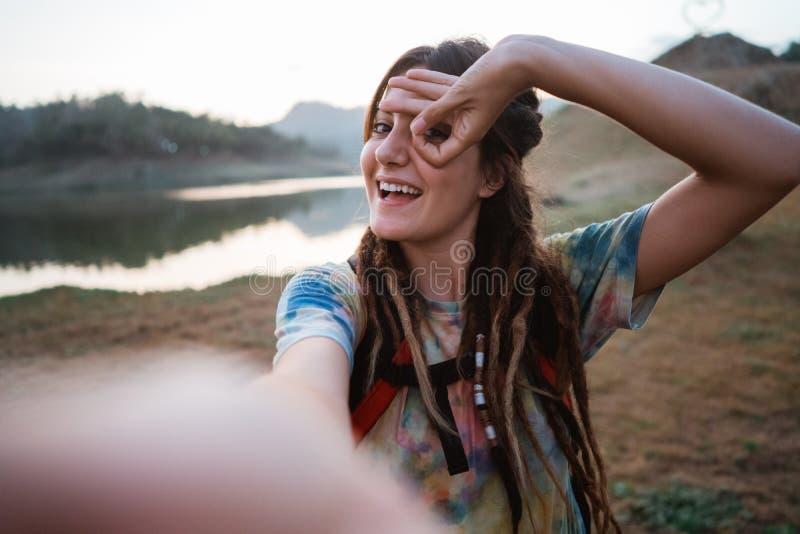 Selfie caucasien de femme dans le lever de soleil de matin image stock