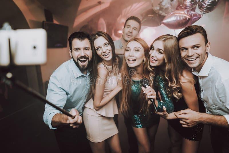 Selfie club De jongeren zingt Liederen Grote stemming stock foto
