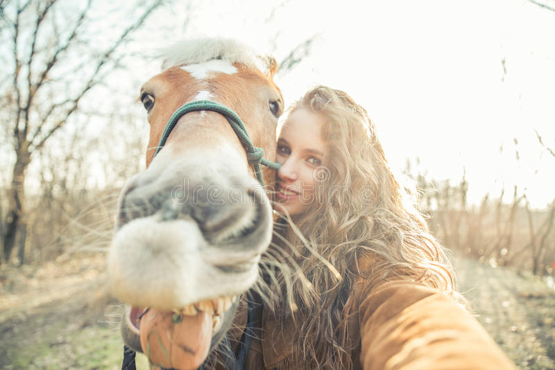 Selfie com o cavalo engraçado da cara foto de stock