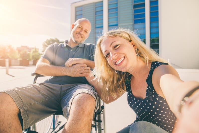 Selfie con el hombre discapacitado imágenes de archivo libres de regalías