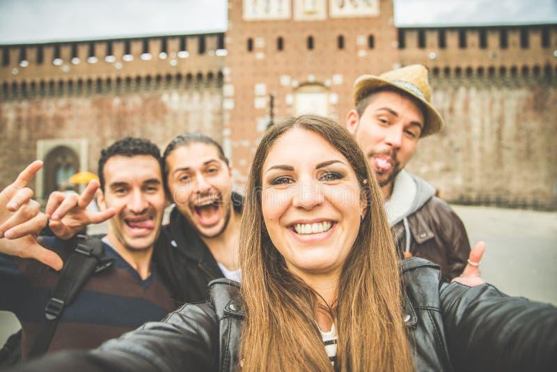Selfie con gli amici a Milano fotografia stock libera da diritti