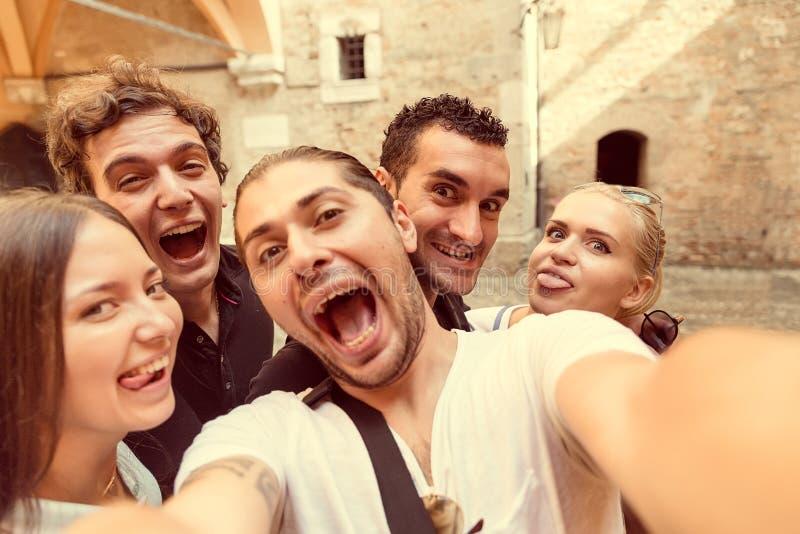 Selfie con gli amici a Milano fotografia stock
