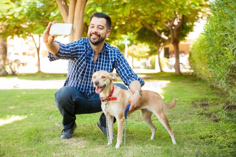 Selfie con mi perro en un parque fotografía de archivo