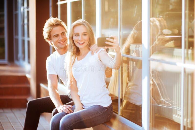 Selfie con Smartphone, par joven feliz imagenes de archivo