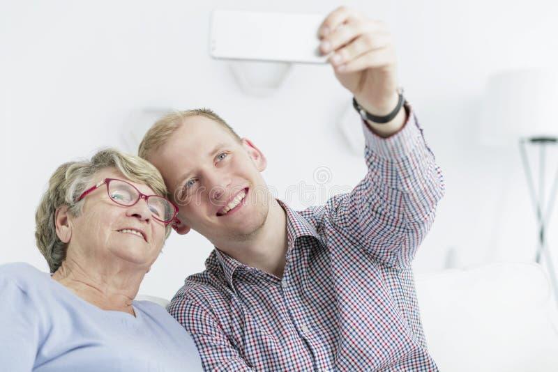 Selfie con sua nonna immagine stock libera da diritti