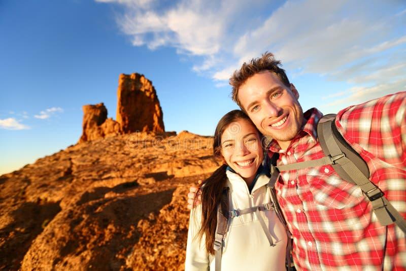Selfie - coppia felice che prende escursione dell'autoritratto immagini stock libere da diritti