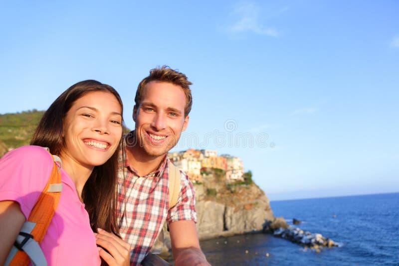 Selfie - couple dans l'amour en Cinque Terre, Italie photographie stock