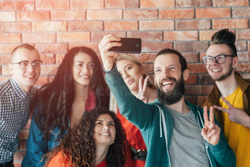 Selfie courant d'équipe de collègues de groupe de Millennials images stock