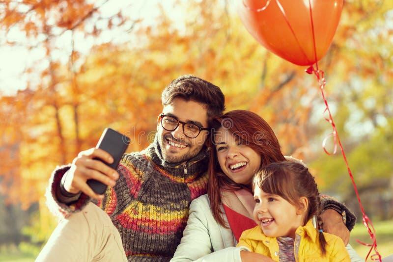 Selfie d'automne de famille en parc photo stock