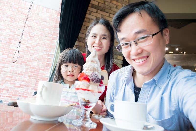 Selfie da família felizmente no restaurante fotografia de stock