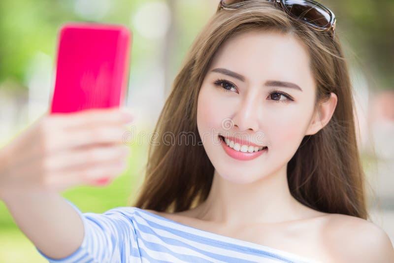 Selfie da mulher felizmente imagens de stock royalty free