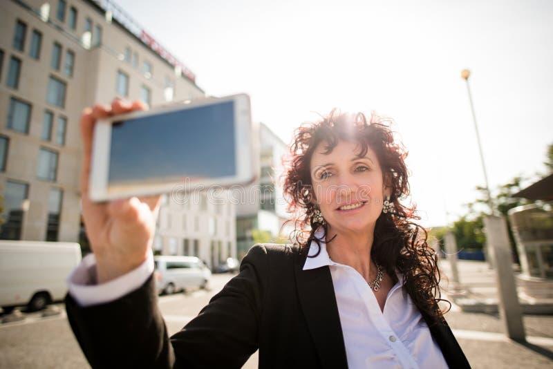Selfie da rua da mulher de negócio foto de stock