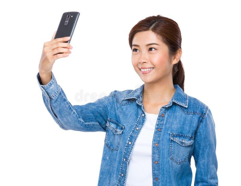 Selfie da tomada da mulher fotografia de stock