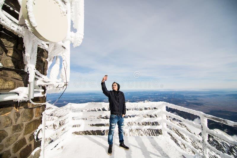 Selfie da tomada do homem novo no inverno em Tatras alto imagem de stock royalty free