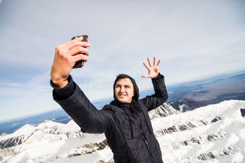 Selfie da tomada do homem novo no inverno em Tatras alto imagens de stock