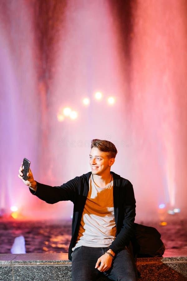Selfie da tomada do homem novo no smartphone na cidade imagem de stock royalty free