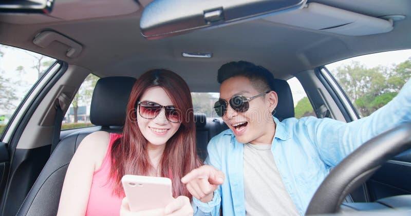 Selfie da tomada dos pares no carro foto de stock royalty free