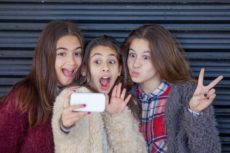 Selfie das crianças com a pilha esperta ou o telefone celular fotos de stock