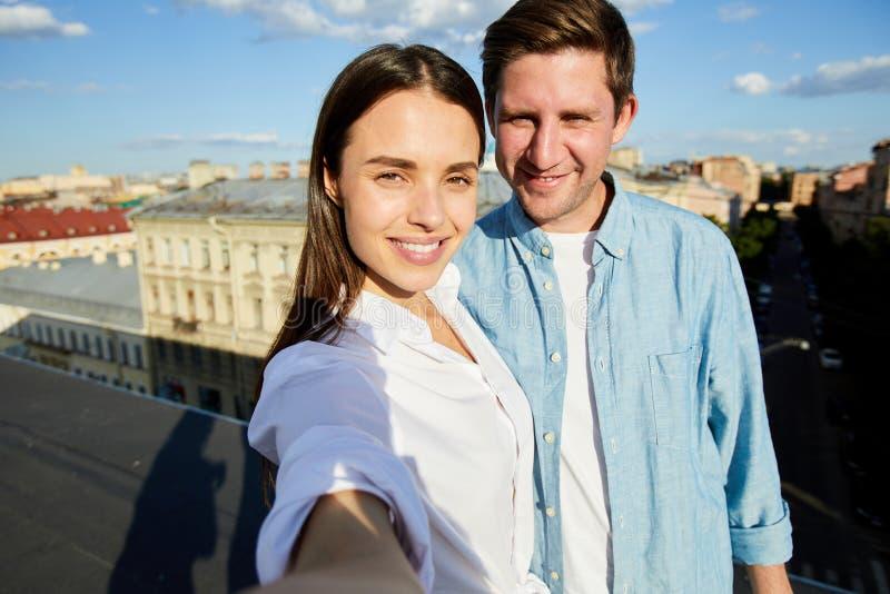 Selfie de beaux couples sur le toit photo libre de droits