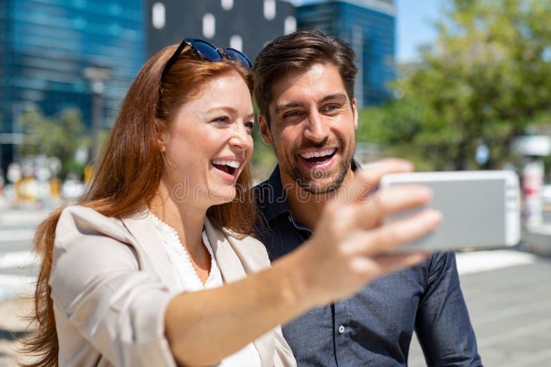 Selfie de clique dos pares felizes fotos de stock royalty free