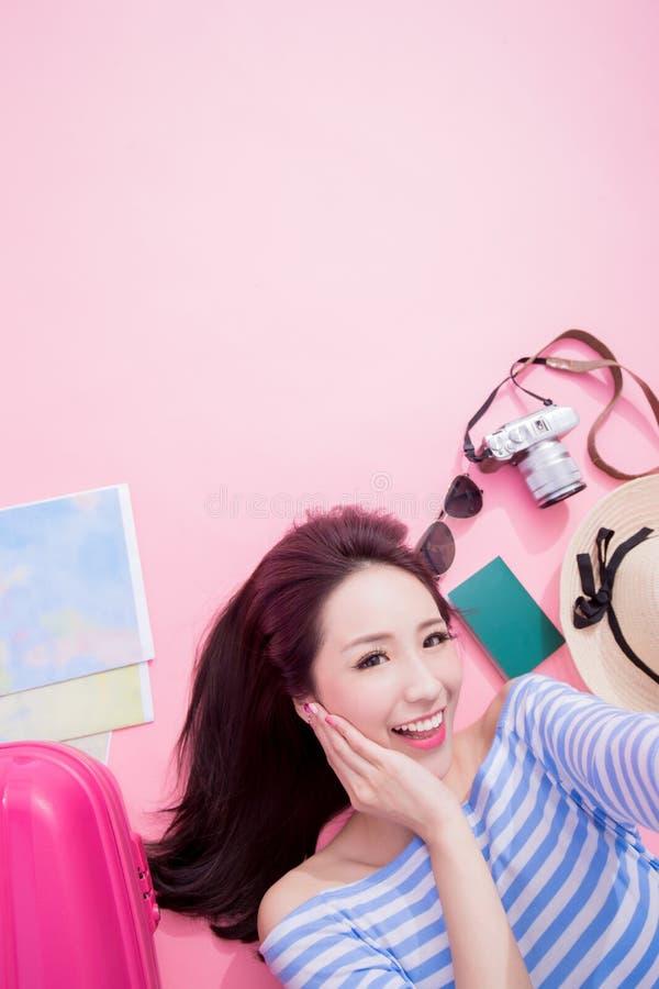 Selfie de femme heureusement sur le plancher photo stock