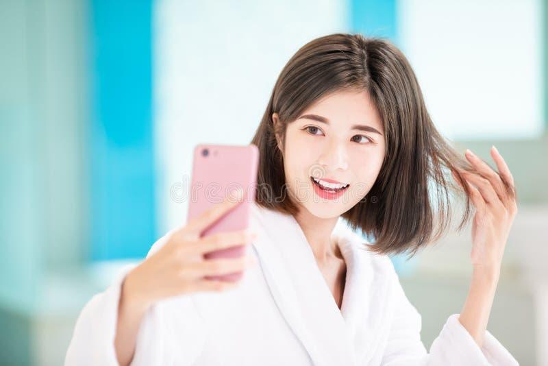 Selfie de femme sur le lit image stock