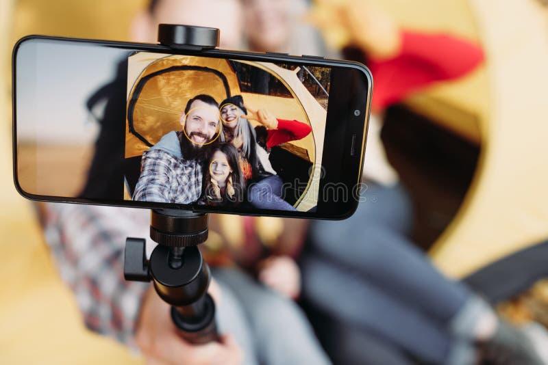 Selfie de la cámara del smartphone de la familia de la caída que acampa fotografía de archivo libre de regalías