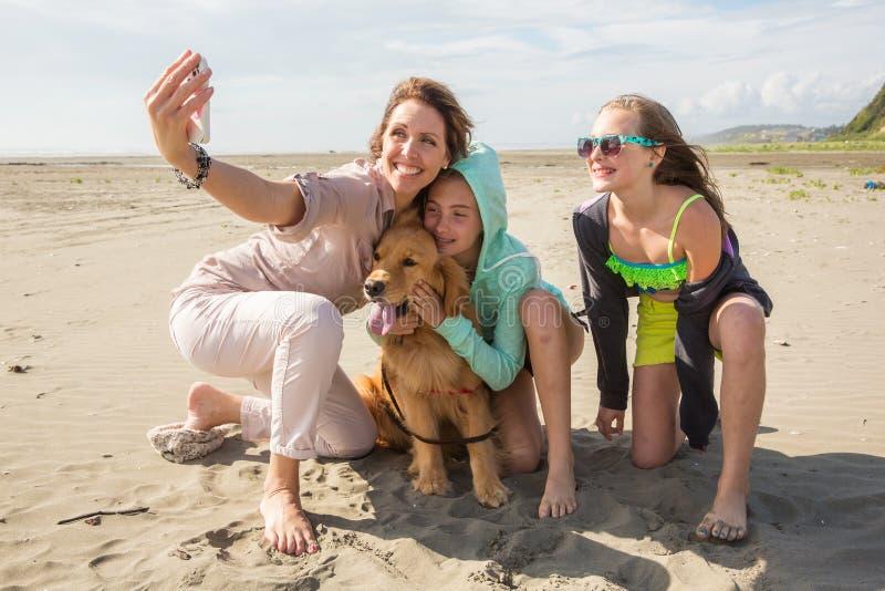 Selfie de la familia en la playa fotografía de archivo