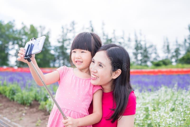 Selfie de la madre y de la hija feliz fotos de archivo libres de regalías