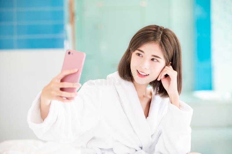 Selfie de la mujer en el cuarto de baño fotografía de archivo