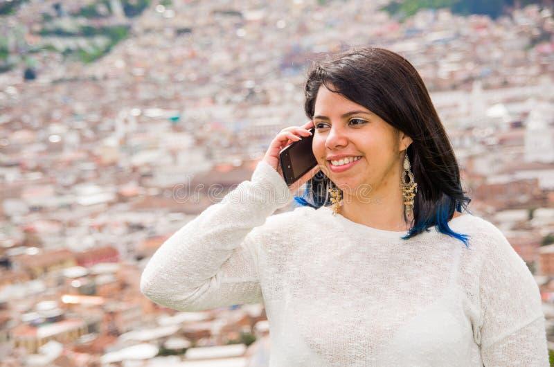 Selfie de la toma de la chica joven de las manos con el teléfono en la calle de la ciudad del verano Concepto de la vida urbana foto de archivo