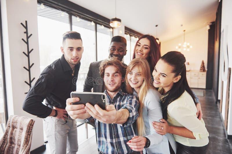 Selfie de los adolescentes sonrientes jovenes que se divierten junto Mejores amigos que toman el selfie al aire libre con hacer e foto de archivo libre de regalías