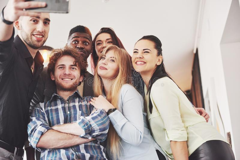 Selfie de los adolescentes sonrientes jovenes que se divierten junto Mejores amigos que toman el selfie al aire libre con hacer e imagenes de archivo