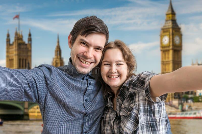 Selfie de los pares alegres jovenes que viajan en Londres fotos de archivo libres de regalías