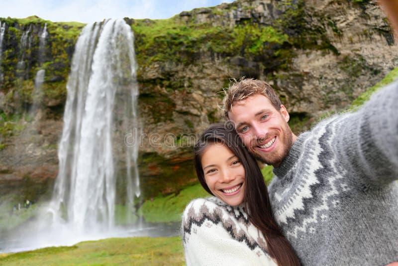 Selfie de los pares de Islandia que lleva los suéteres islandeses foto de archivo