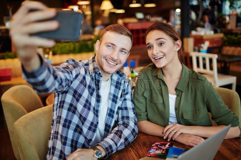 Selfie de pares novos imagens de stock royalty free