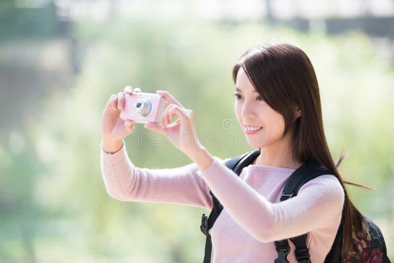 Selfie de prise de sourire de jeune femme photo stock