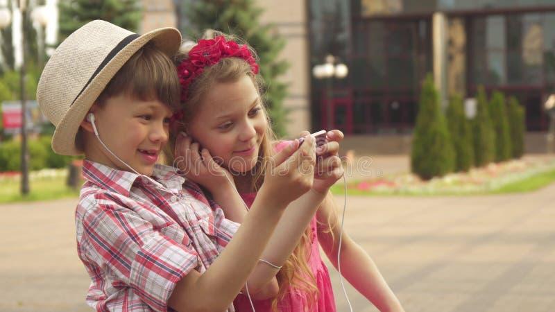 Selfie de prise de petits enfants dehors photographie stock libre de droits